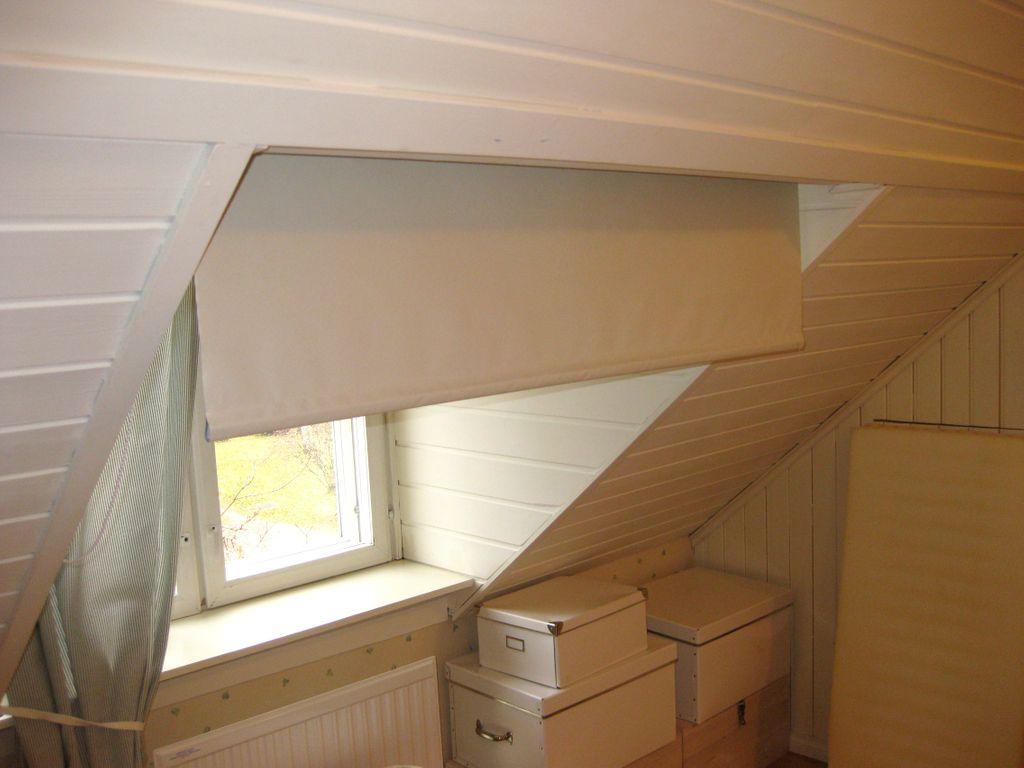 het slaapkamerraam bevindt zich in een dakkapel en er is geen plek direct ervoor een rolgordijn te monteren daarom is het rolgordijn aan het schuine dak